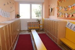 V šatni sú vystavené práce/aktivity, ktoré robili deti počas dňa
