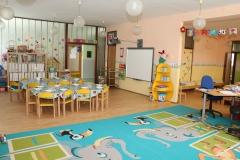 Stoly a interaktívna tabuľa, tak ako v každej triede...:-)