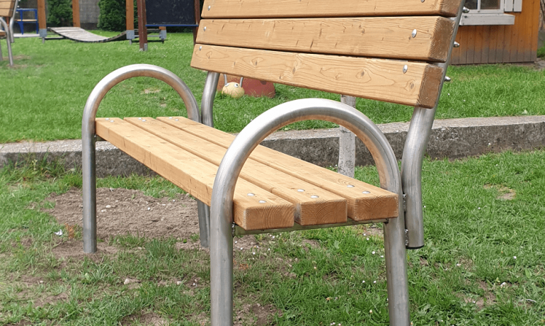 Nové lavičky na ihrisku